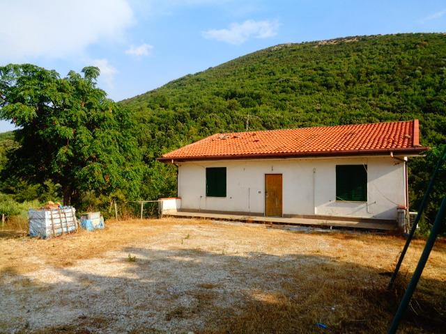 Capaccio- Villa su due livelli, composta da due appartamenti indipendenti.